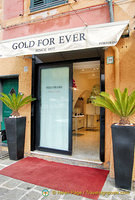 Gold For Ever, a gold jewelry shop on Calata Marconi