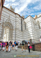 Walking to the Siena Cattedrale