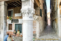 Tourists take a break with an old rat on Fondamenta del Tragheto