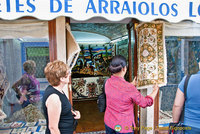 Tourists admiring the Arraiolos carpets