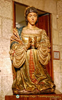 Sacristy Museum: The praying statue of Queen Isabella next to the Passion Altarpiece