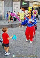 Mickey entertains kids on the Puerta del Sol