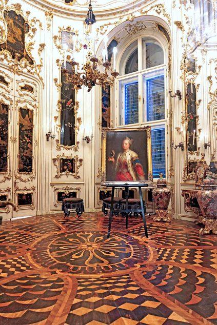Oval Chinese Cabinet in Schönbrunn castle: Dennis Jarvis