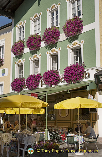 There are many cafes and places to eat in Mondsee
