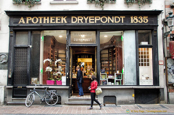 Apotheek Dryepondt, a well established pharmacy at Wollestraat 7