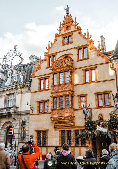 la maison des t tes is a 5 star hotel. Black Bedroom Furniture Sets. Home Design Ideas