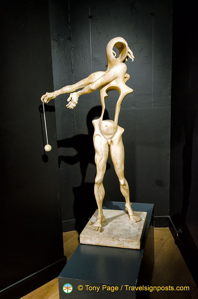 Dalí Sculpture - Homage to Newton for his discovery of the law of gravity