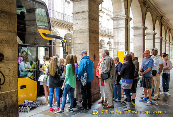 Visitors boarding their Paris sightseeing tour