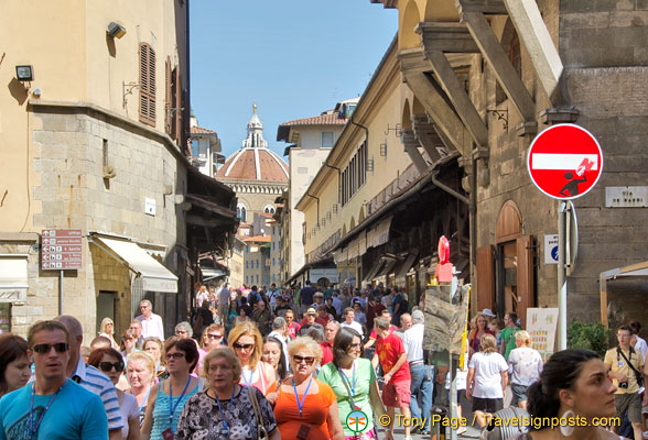Shops and crowd on Ponte Vecchio