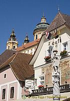 Kolomanibrunnen in the middle of Melk town square