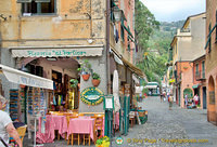 Shops and eateries in Positano