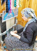 Handweaving silk rugs